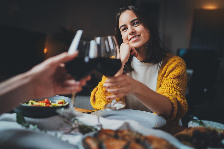 Onkel sind ein Ticket in die Vergangenheit von Mama und Papa– und deshalb sind auch die happy, wenn er kommt. Dann blühen die beiden auf, kommen ins Reden und achten mal nicht so genau darauf, ob man beim Essen gerade sitzt.