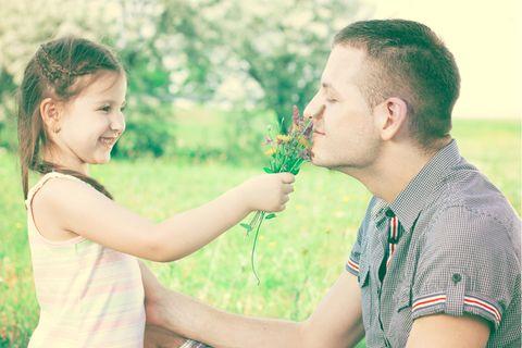 Für Onkel und alle, die sie lieben!: Mädchen mit Onkel auf Wiese