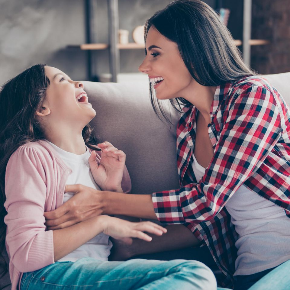 Tante mit Mädchen auf der Couch