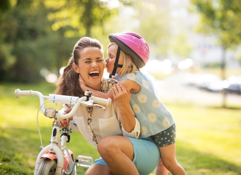 Tante mit Kind und Fahrrad