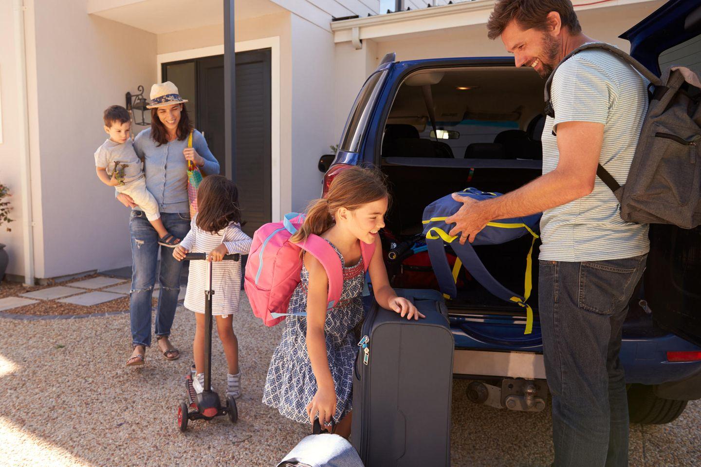 Familienleben: Familie fährt in den Urlaub