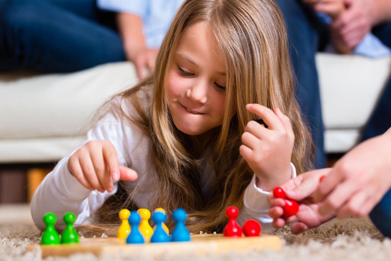 Familienleben: Mädchen beim Brettspiel