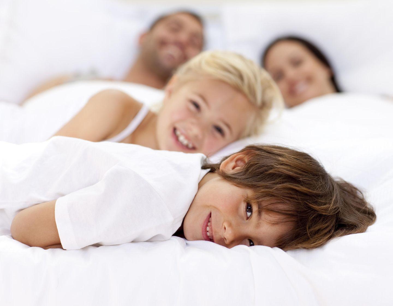 Familienleben: Kinder im Elternbett