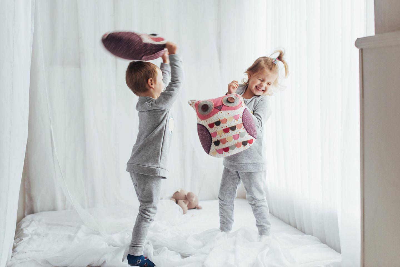 Familienleben: Kinder im Pyjama