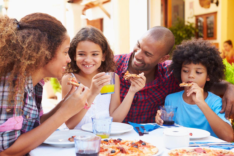Familienleben: Familien im Restaurant