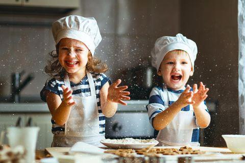 Familienleben: Kinder beim Backen