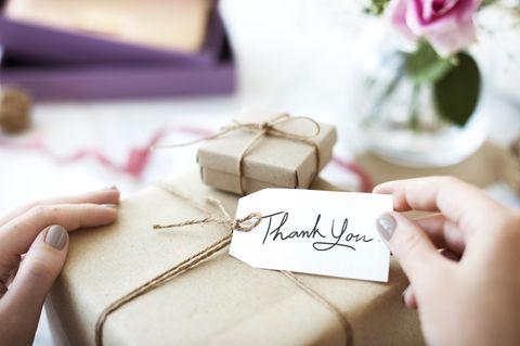 Gesten der Dankbarkeit: Ein Geschenk mit Thank-you-Etikett