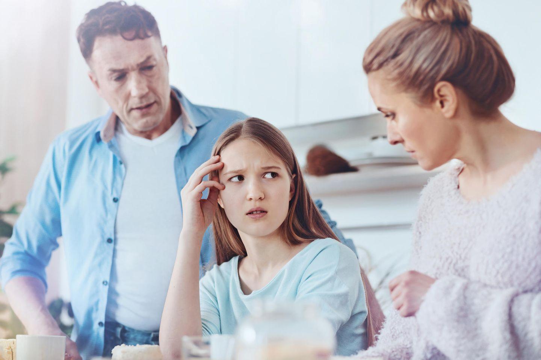 Eltern diskutieren, Kind steht dazwischen