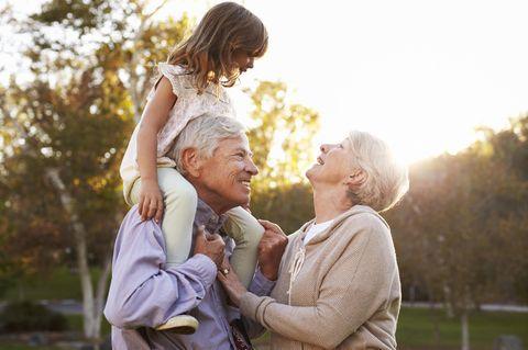 Großeltern mit Enkelkind auf Schultern des Opas