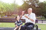 Enkel mit Opa auf Bank
