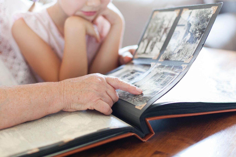 Kind schaut sich Fotoalbum an