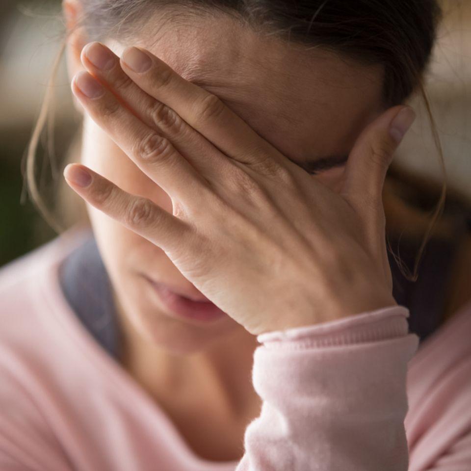 Migräne: Frau mit Kopfschmerzen