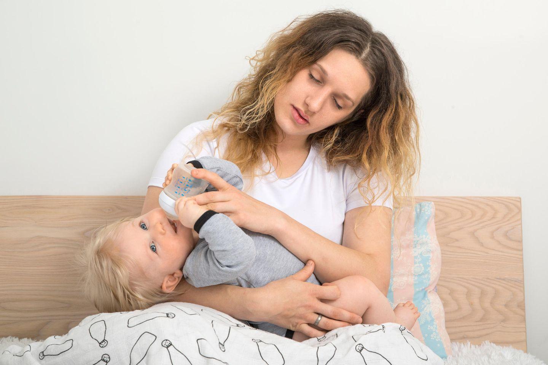 Schlaflos mit Baby: Übermüdete Mutter mit Baby im Arm