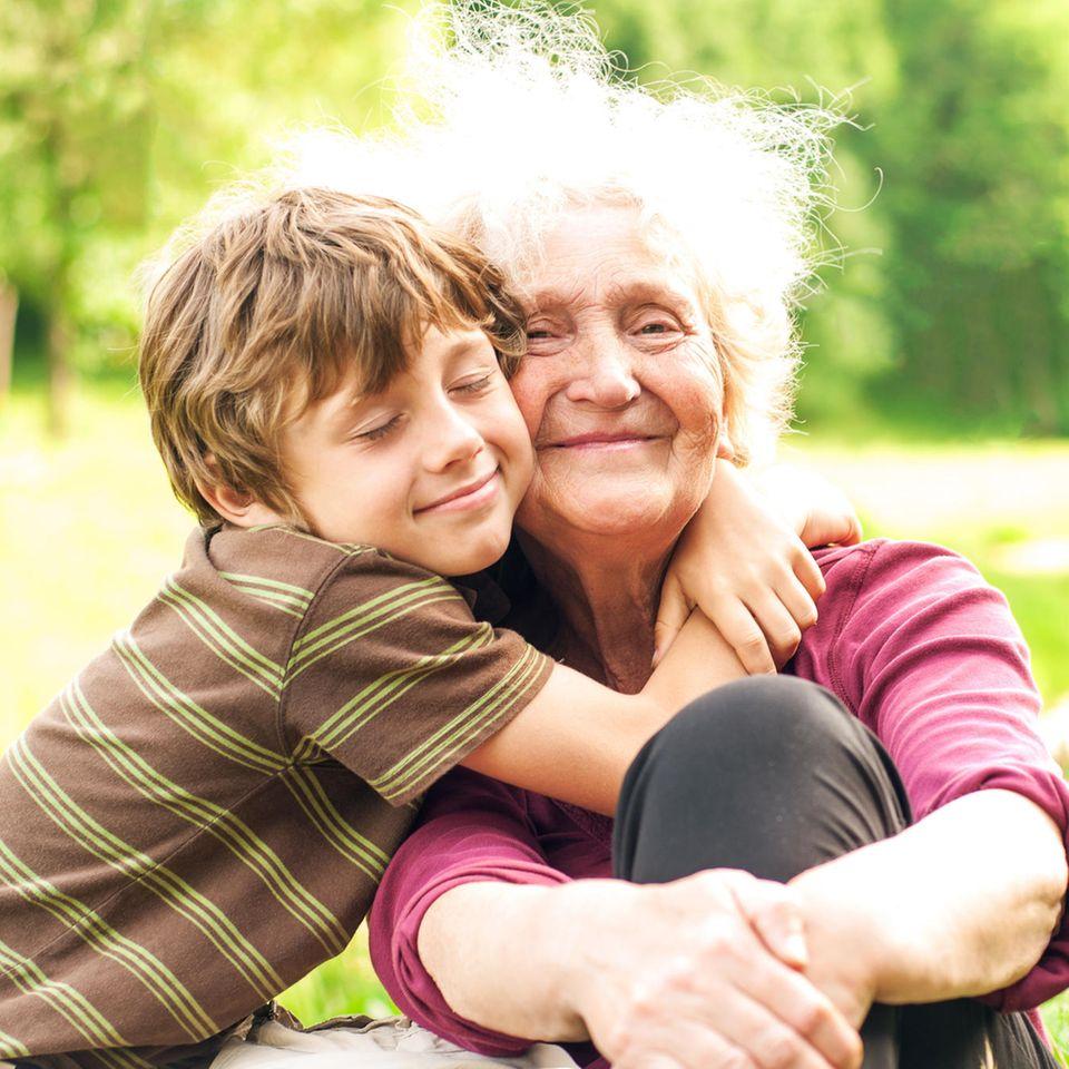 Familienleben: Großmutter mit Enkel