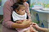 Kindergesundheit: Kind wird auf Schoß der Mutter geimpft