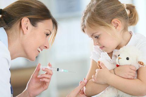 Kindergesundheit: Kind wird geimpft