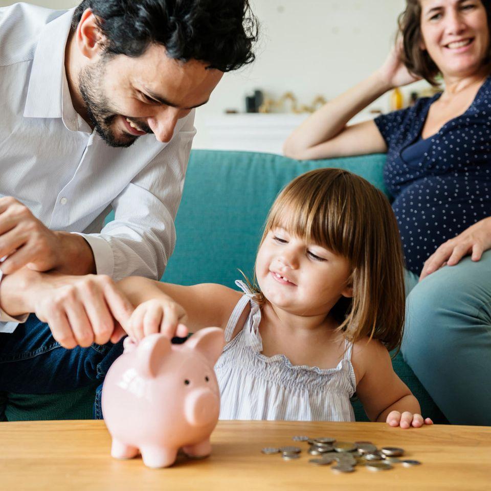Mehr Geld für die Familie: Familie mit Sparschwein