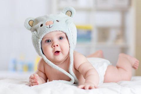 Babykleidung: Baby mit großer Mütze