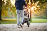 Väter-Fitness im Babyalltag: Vater mit Baby im Kinderwagen