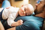 Väter-Fitness im Babyalltag: Baby schläft auf Brust des Vaters