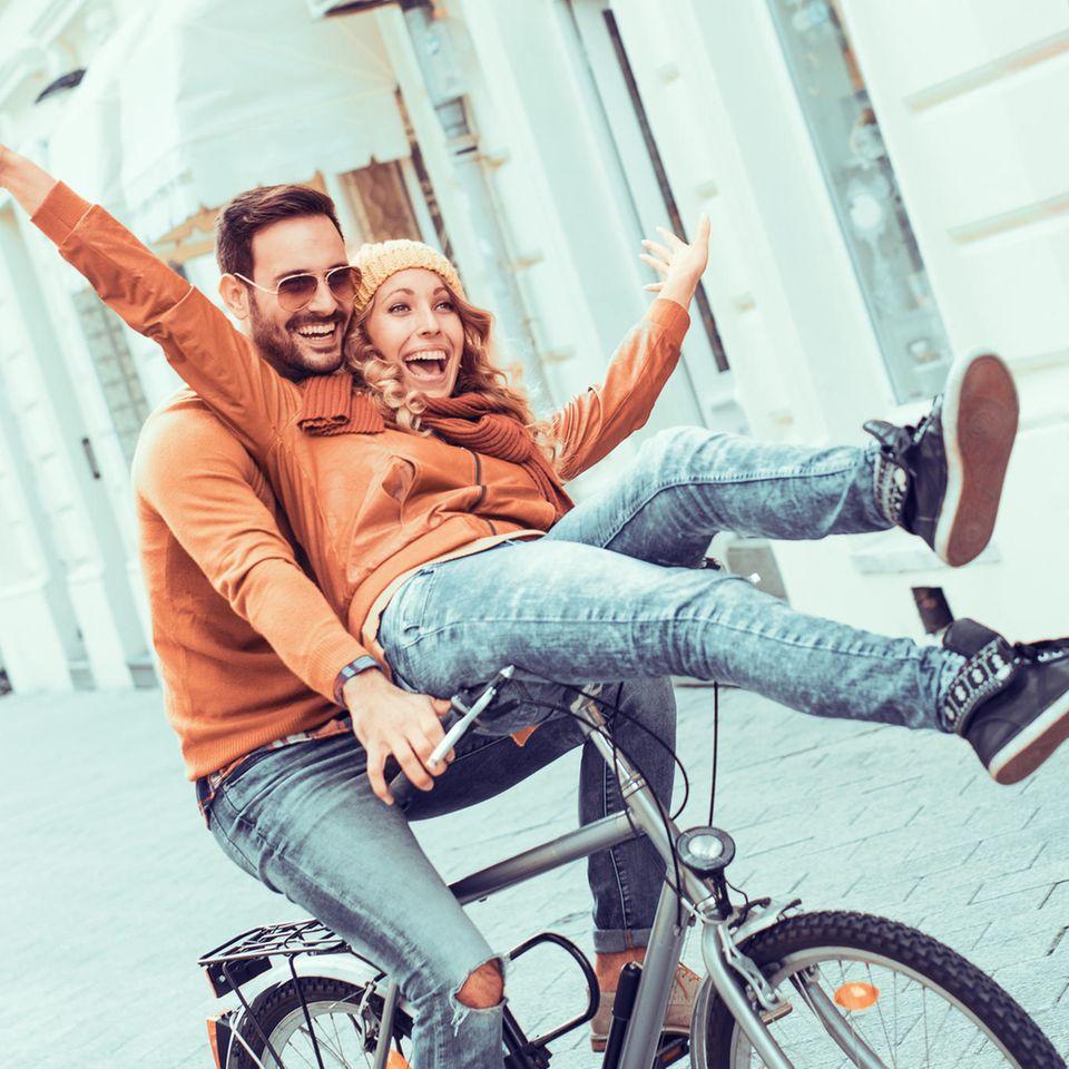 9 Dinge die glückliche Paare füreinander tun – ohne danach gefragt zu werden: Paar auf dem Fahrrad