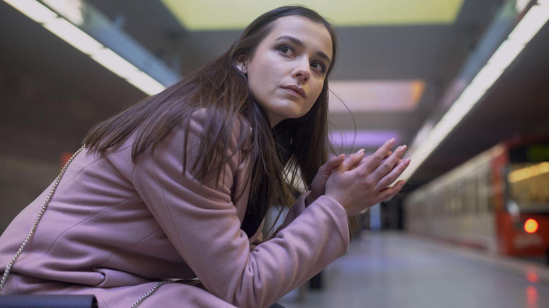Süße Rettung: Wartende Frau an Bahngleis