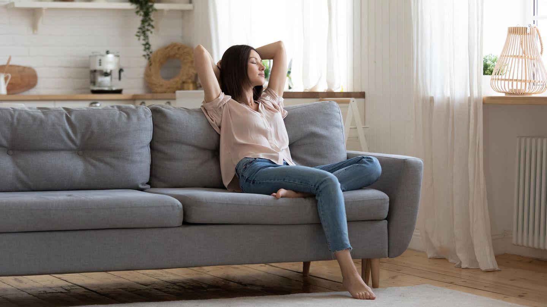 Süße Rettung: Mutter entspannt auf Couch
