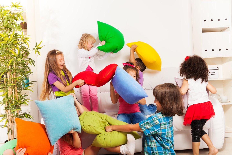 Süße Rettung: Kinder machen Kissenschlacht