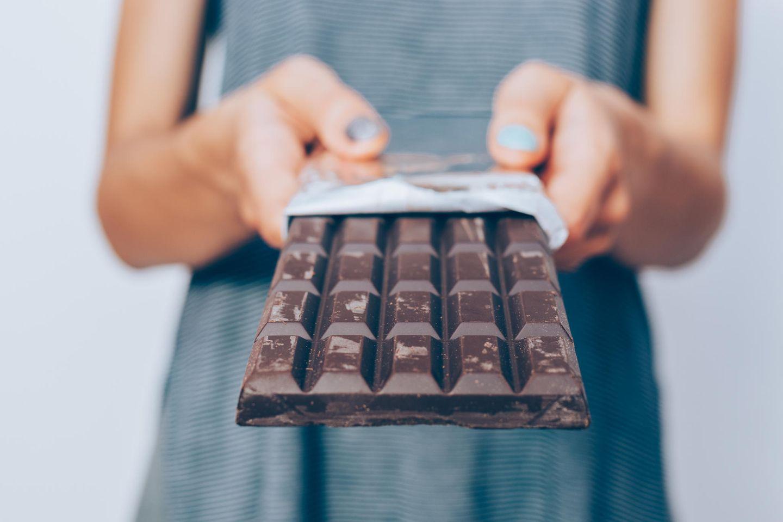 Süße Rettung: Frau mit Schokolade in der Hand