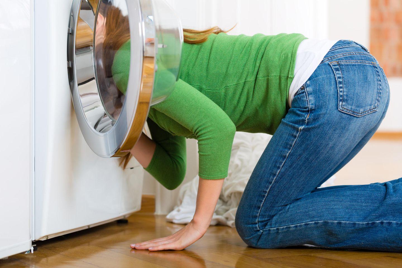 Süße Rettung: Frau sucht etwas in der Waschmaschine