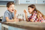 Süße Rettung: Kinder naschen Kekse
