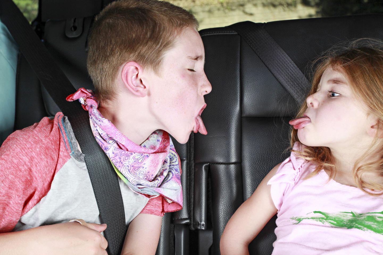 Süße Rettung: Streitende Kinder im Auto
