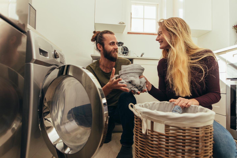 Partnerschaft: Paar beim Wäschewaschen