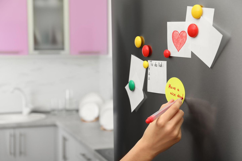 Partnerschaft: Kühlschrank mit Notizzetteln