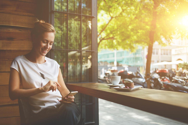 Partnerschaft: Frau mit Handy in der Hand