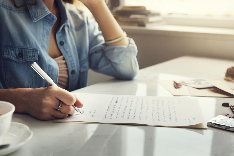 Partnerschaft: Frau schreibt Brief