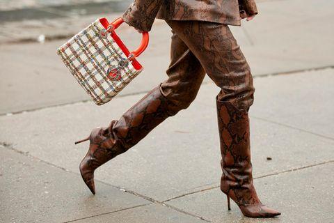 Stiefel mit Schlangeprint