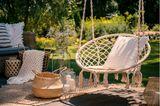 Leseecke einrichten: Hängesessel im Garten