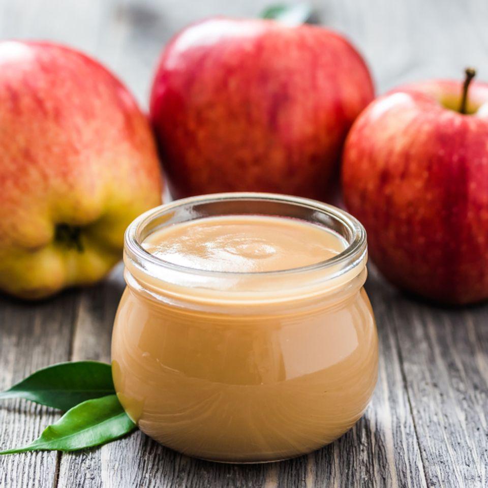 Apfelmus einfrieren: Apfelmus in einem Glas