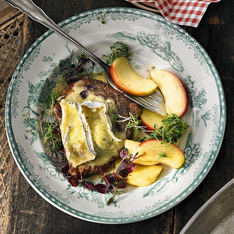 Entrecote mit Camembert und geschmorten Calvados-Äpfeln