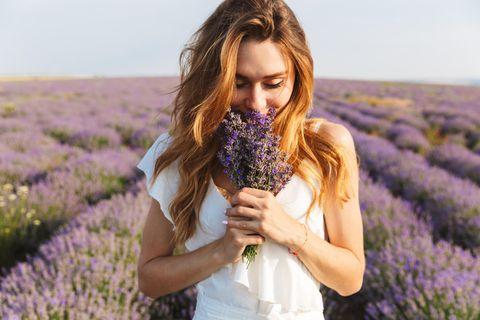 No Poo: Frau im Lavendelfeld