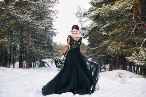 Schwarze Hochzeitskleider: Frau im schwarzen Kleid