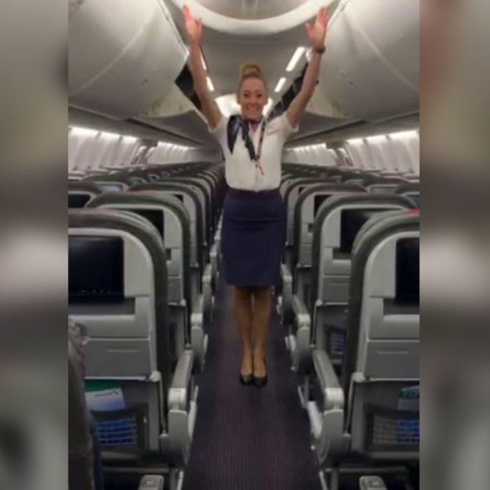 Flugbegleiterin zeigt Kunststück
