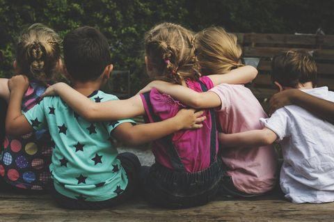 Remo Largo: Kinder sitzen zusammen