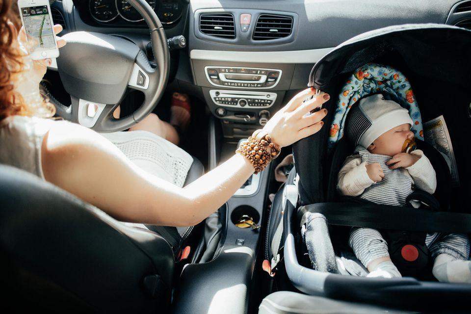Betrunken am Steuer: Mutter mit Baby