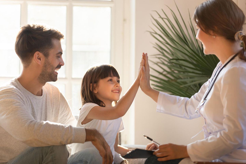 Familienpflegerin: Vater mit Tochter und Pflegerin