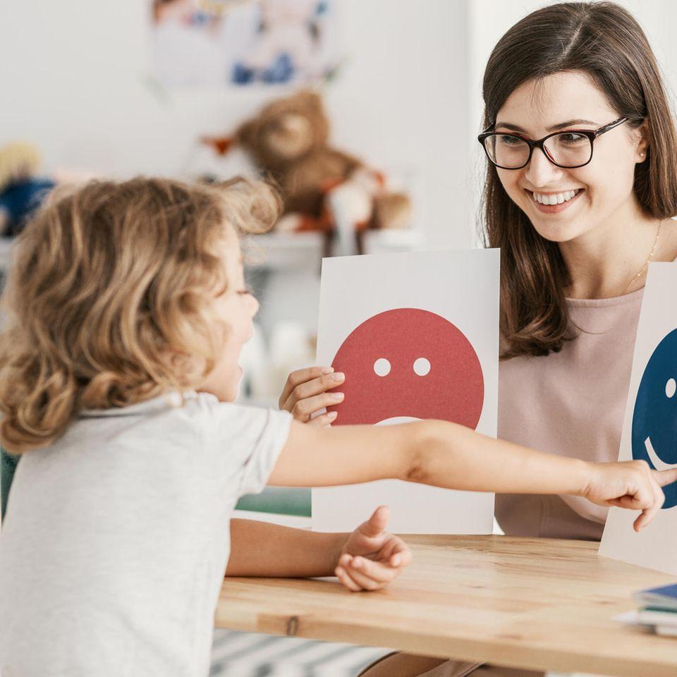 Hochsensibilität: Kind mit Psychologin