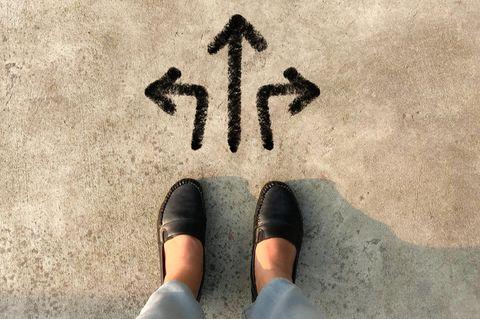 STOP-Regel: Eine Frau steht vor einer Entscheidung