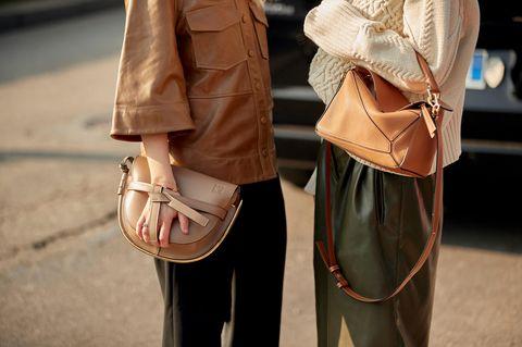 Taschen von Besucherinnen der Mailänder Fashion Week