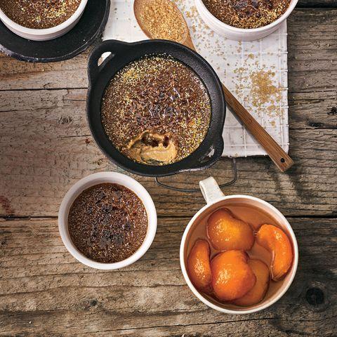 Kaffee-Desserts: Kaffee-Crème-brûlée mit Aprikosenkompott